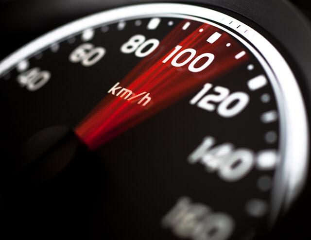 Auton nopeusmittari näyttää 100 km/h